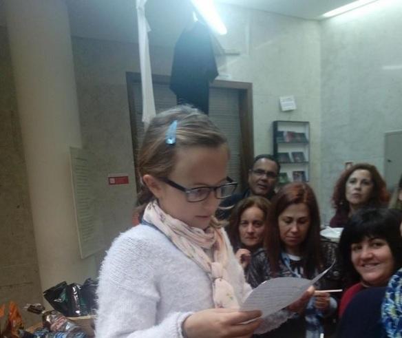 Amy lendo seu poema no Dia da Poesia na Casa Álvaro de Campos